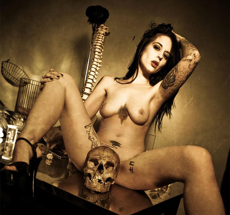 Blote tattoo chick met skull