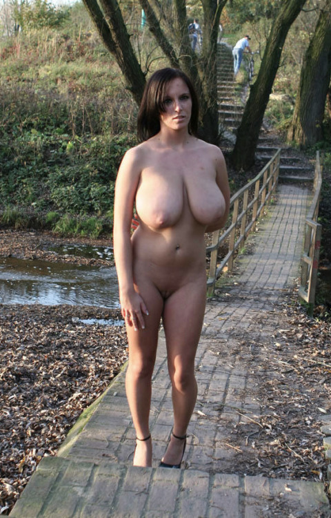 3 mannen 1 vrouw dikke natuurlijke borsten